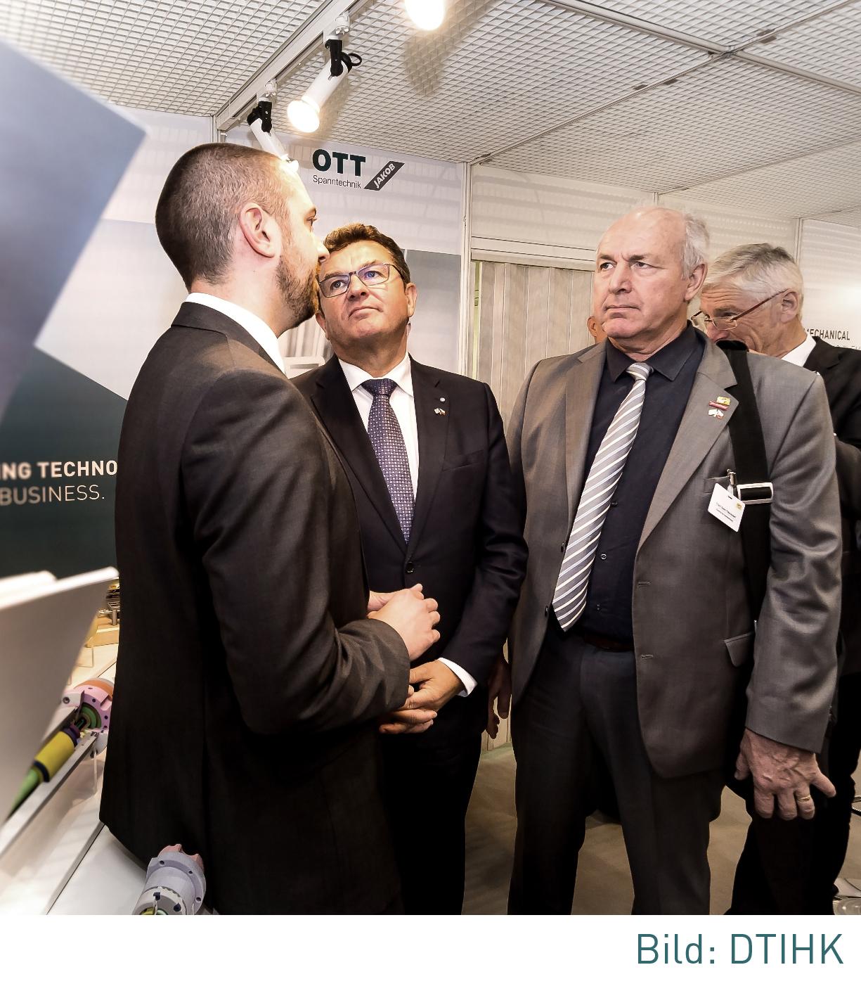 Ott Jakob - Unternehmen - Bild - Staatssekretär besucht Messestand von OTT-JAKOB